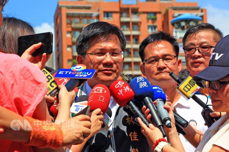 2019年東亞青年運動會遭停辦,台中市長林佳龍(左)25日受訪時表示,會盡所有努力提出申復,市府也會研究向國際體育仲裁法庭提出仲裁的可行性。中央社記者蘇木春攝 107年7月25日