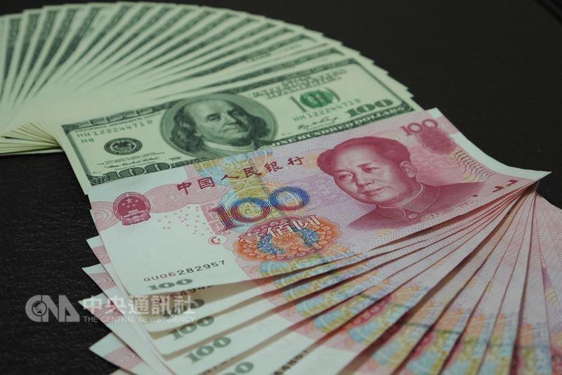 華府日前公布對中國2000億美元產品徵稅稅率由10%提高到25%,北京方面3日反擊,公告將對美方約600億美元商品,加徵25%、20%、10%、5%不等的關稅。圖為美元及人民幣。(中央社檔案照片)