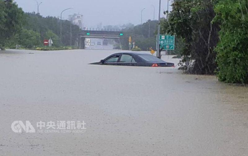 南台灣受熱帶性低氣壓影響連日豪雨,多處地區淹水,許多民眾汽車不小心變成泡水車。(中央社檔案照片)