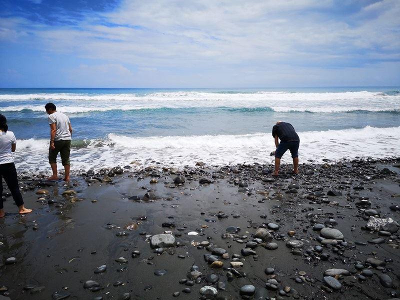 毛利部落傳統領袖Arapeta Hamilton說,他在花蓮磯崎海岸踩到海水的那一刻,感受到祖先而忍不住落淚,來台灣有如「靈魂之旅」。(圖取自The Hawaiki Project臉書facebook.com/HawaikiNuiLtd)