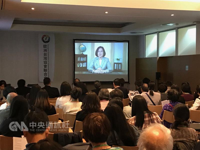 總統蔡英文1日在「歐洲台灣協會」年會發表錄影談話,表示台灣是「堅韌之島」,正在寫歷史新頁。中央社記者唐佩君布魯塞爾攝 107年9月1日