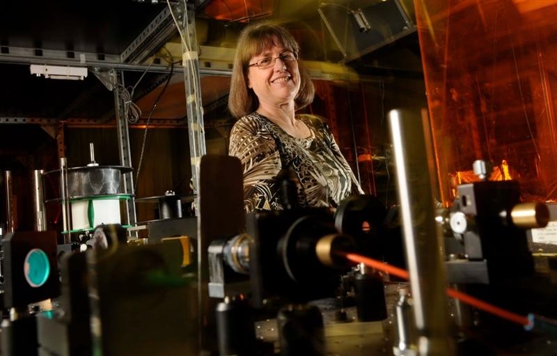 諾貝爾物理獎得主史垂克蘭是加拿大滑鐵盧大學物理學和天文學副教授,但維基百科一名使用者曾試圖為她建立個人資料,卻遭一名版主拒絕。之後在諾貝爾物理獎公布後,維基百科為她建立專屬頁面。(圖取自UniversityofWaterloo推特twitter.com/UWaterloo)