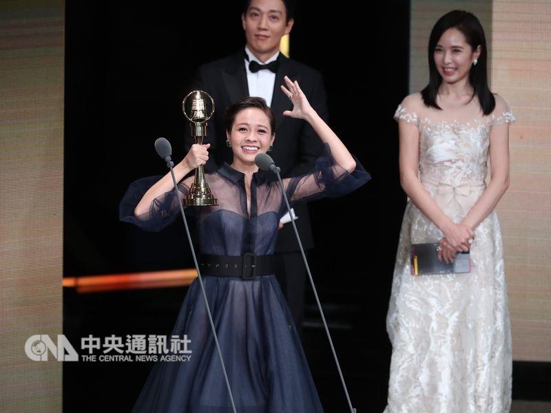 第53屆金鐘獎頒獎典禮6日晚間在台北國父紀念館舉行,藝人黃姵嘉(前)脫穎而出,獲戲劇節目女主角獎。中央社記者吳家昇攝107年10月6日