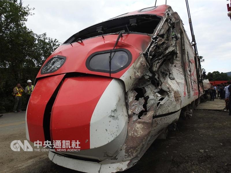 台鐵普悠瑪列車出軌翻覆事故,造成嚴重傷亡,經檢警蒐證後,22日展開車廂移置作業,可見車體嚴重變形扭曲。中央社記者王鴻國攝 107年10月22日