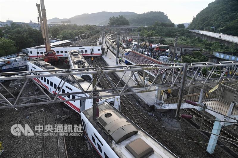 台鐵6432車次普悠瑪列車21日在宜蘭新馬站附近出軌,多節車廂翻覆變形。(中央社檔案照片)