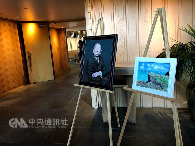 相聲大師吳兆南喪禮27日在洛杉磯玫瑰崗墓園舉行,會場入口處擺設吳兆南87歲開始學畫的作品。中央社記者林宏翰洛杉磯攝 107年10月28日