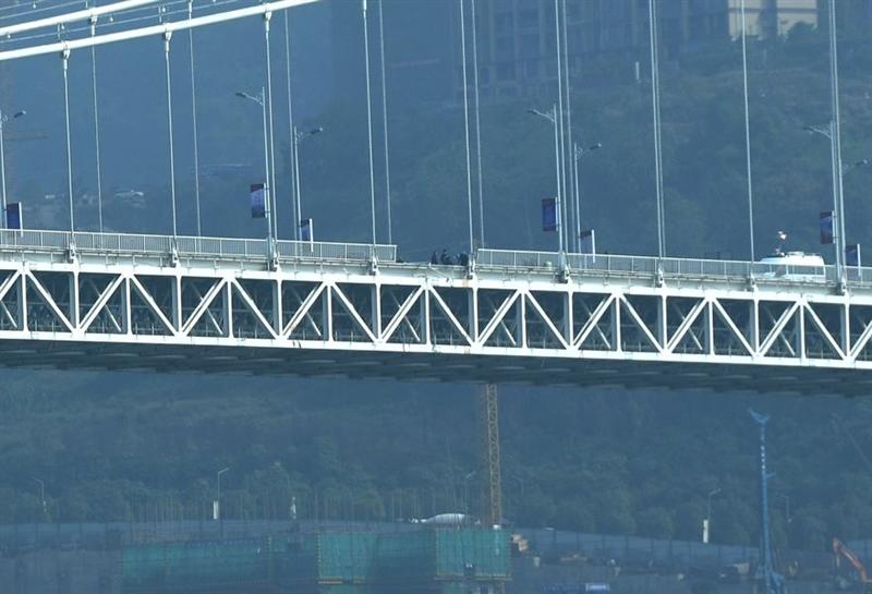 中國大陸重慶市一輛公車28日上午在重慶萬州長江二橋上發生車禍,墜入長江。圖為萬州長江二橋護欄破損。(中新社提供)