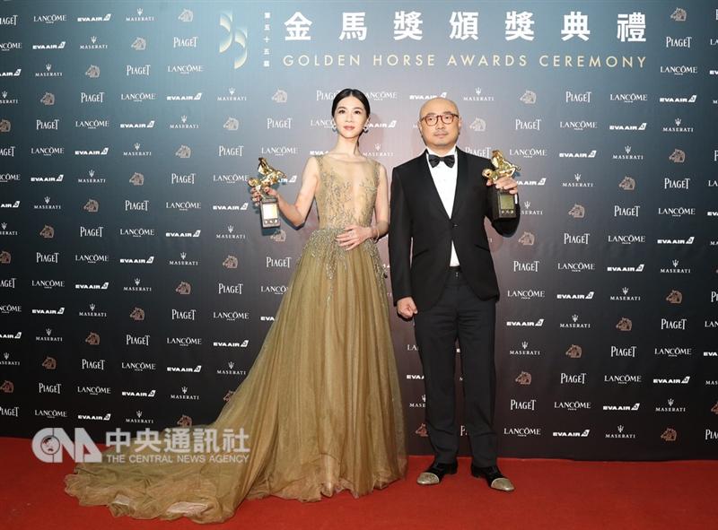 第55屆金馬獎頒獎典禮,17日晚在台北國父紀念館舉行,最佳男主角獎由徐崢(右)以「我不是藥神」獲得。最佳女主角獎由謝盈萱(左)以電影「誰先愛上他的」獲得。中央社記者張新偉攝 107年11月17日