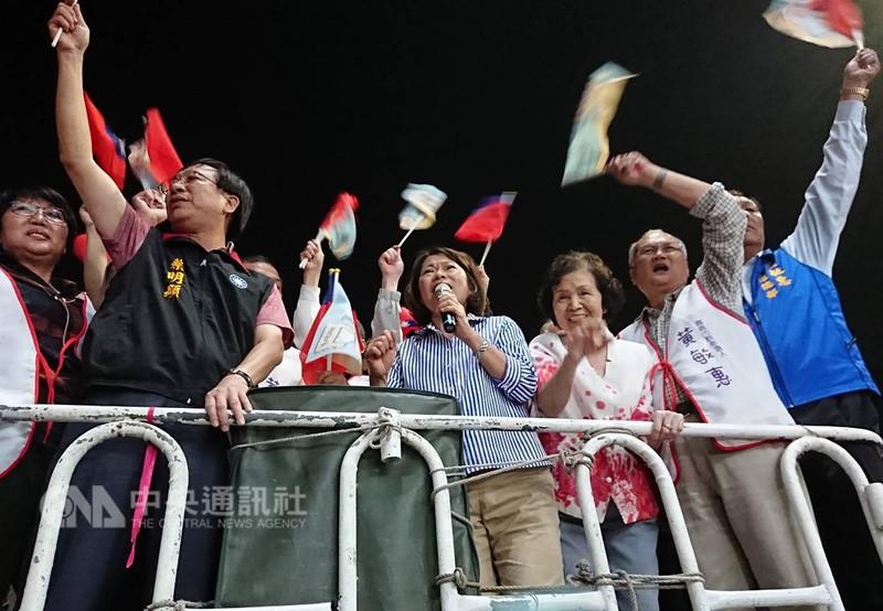 2018九合一選舉,國民黨嘉義市長候選人黃敏惠(右4)24日晚間自行宣布當選,她登上宣傳車向支持者表示,「這次的勝利,是大家的勝利」。(黃敏惠競選總部提供)中央社記者江俊亮傳真 107年11月24日
