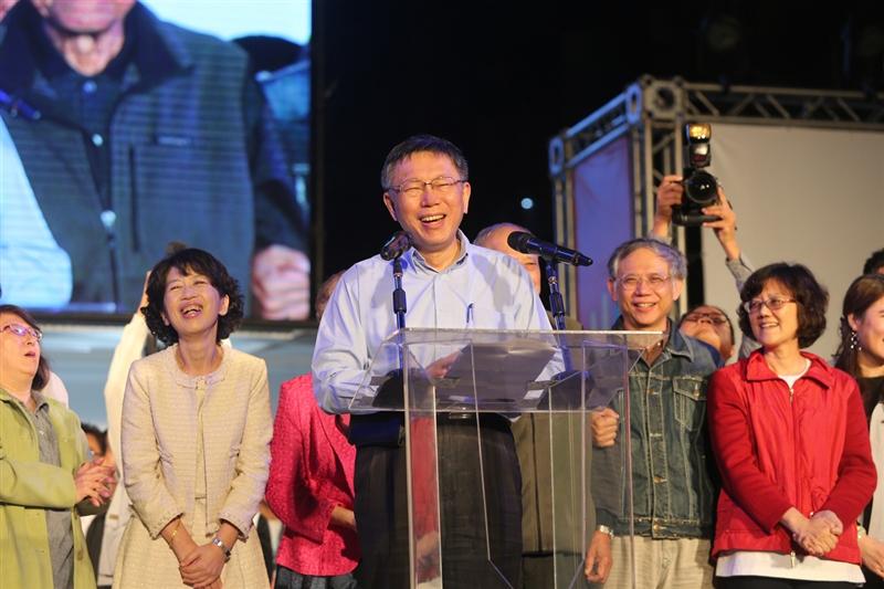 2018九合一選舉,台北市長選情膠著10個多小時,最後無黨籍候選人柯文哲(前)以3254票的些微差距,險勝國民黨籍候選人丁守中,凌晨2時許,柯文哲現身向支持者致謝,也呼籲民眾深夜回家留意安全。中央社 107年11月25日