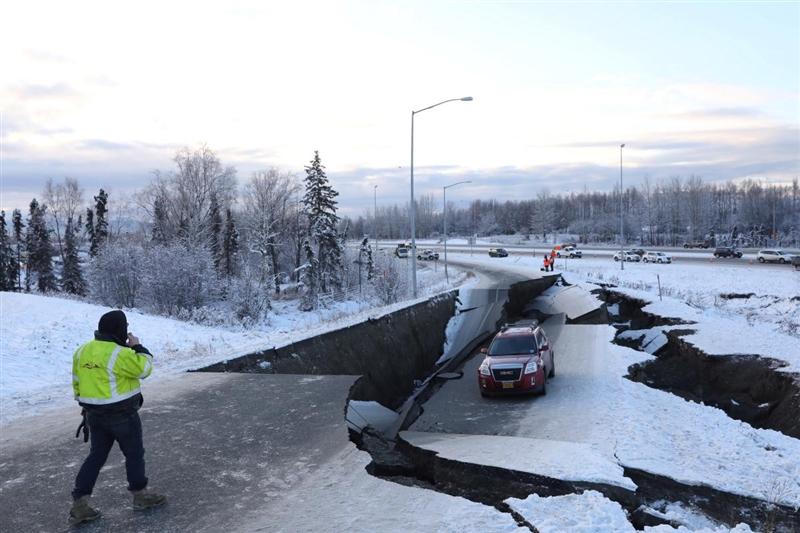 美國阿拉斯加州第一大城安克拉治11月30日發生規模7.0強震,地震造成通往機場的馬路巨大裂縫,一輛汽車受困。(路透社提供)