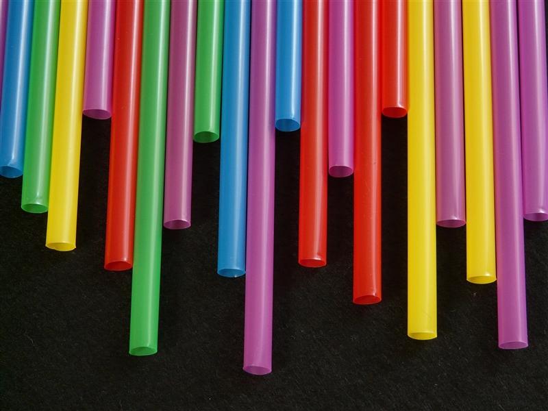 洛杉磯市議會4日通過提案,研擬2021年全面禁用制塑膠吸管。(圖取自Pixabay圖庫)