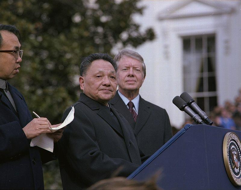 1979年時任中國副總理鄧小平(中)訪美,和當時美國總統卡特(右)同台。(圖取自維基共享資源,版權屬公有領域)