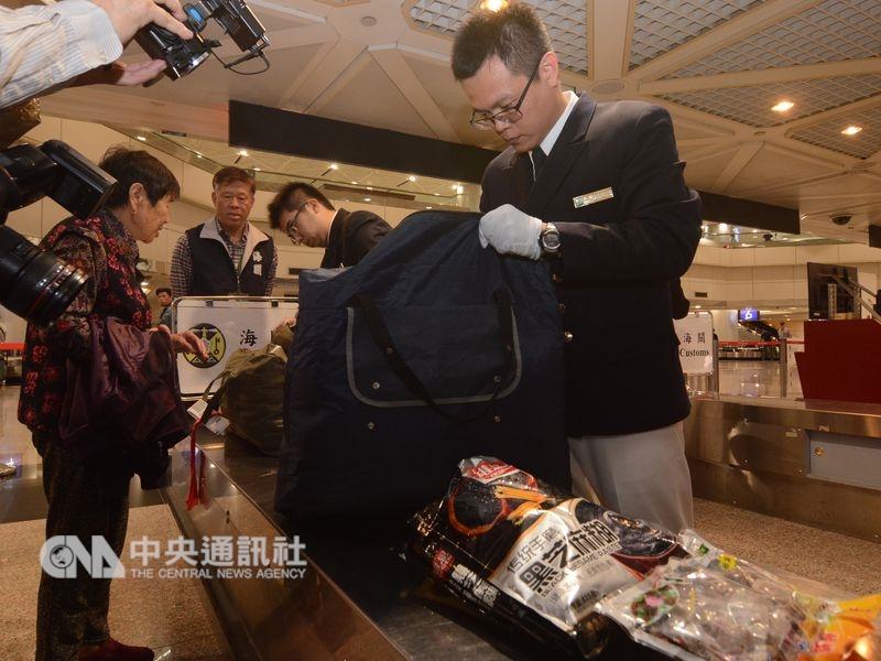 為防堵非洲豬瘟隨豬肉製品入侵台灣,提高旅客違規攜帶肉品入境罰鍰。圖為海關加強旅客行李稽查任務。(中央社檔案照片)