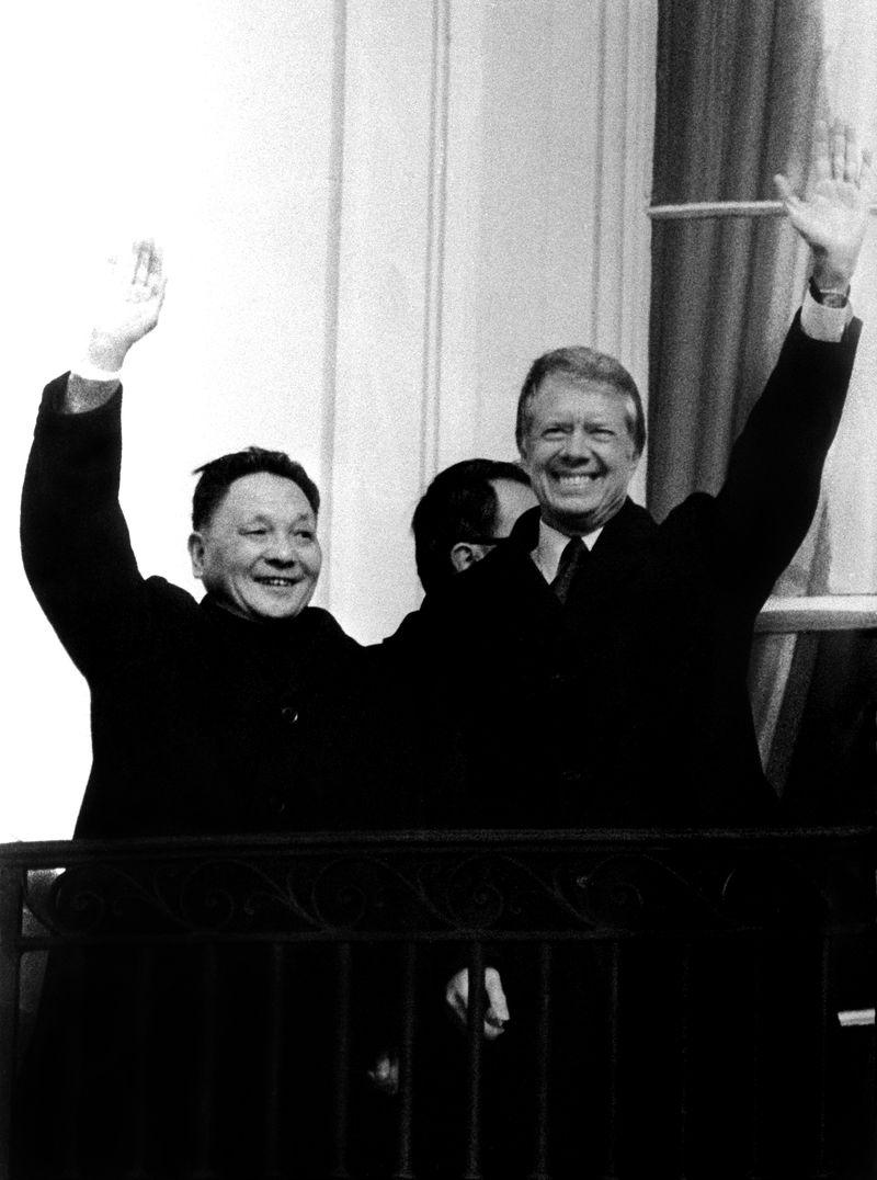 1978年12月16日,敵對近30年的美國與中國宣布建交,雙方都視為外交上的重大勝利。圖為1979年1月,首位訪美的中國領導人鄧小平(左)會晤美國總統卡特(前右)。(檔案照片/中新社提供)