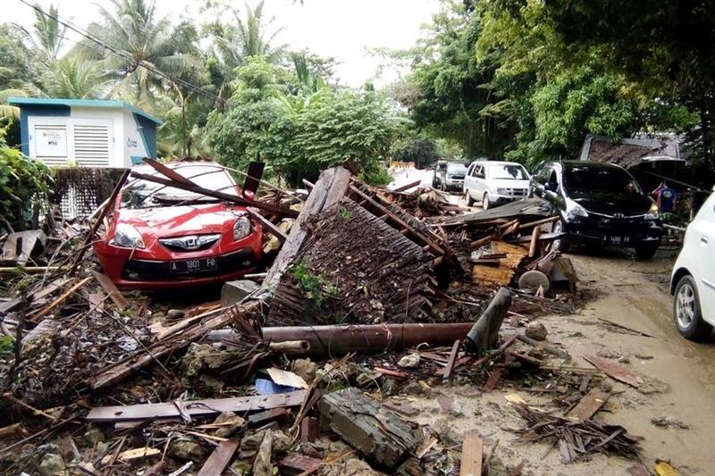 印尼巽他海峽附近海灘22日晚間遭海嘯襲擊,造成嚴重傷亡。(法新社提供)