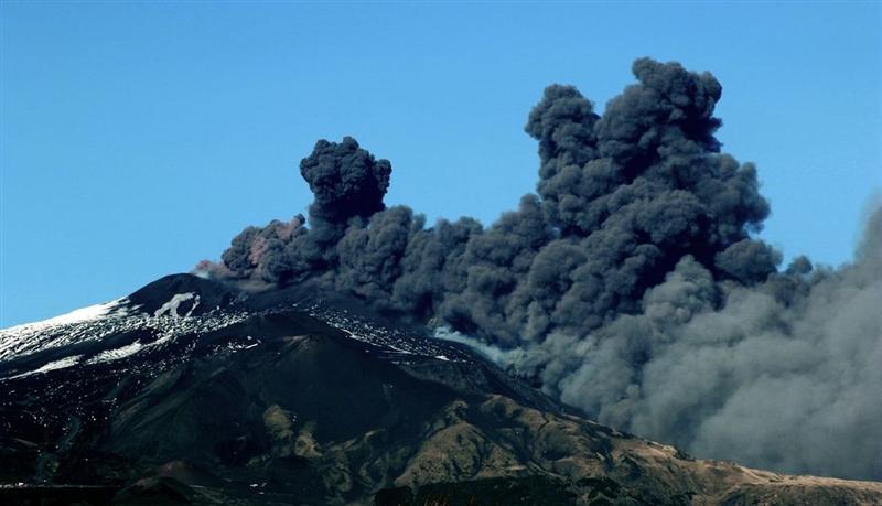 義大利西西里島埃特納火山24日爆發,週遭部分空域因能見度太差關閉。(法新社提供)