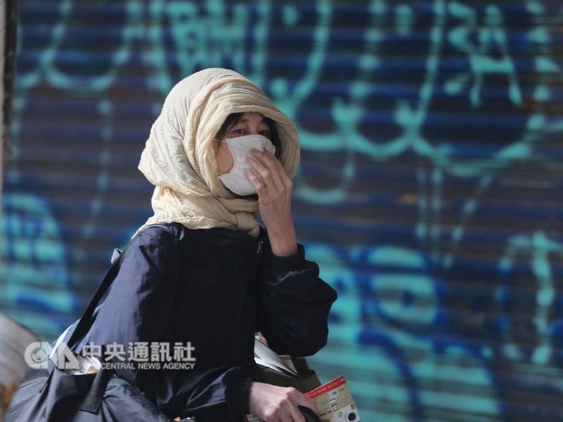 中央氣象局表示,26日強烈大陸冷氣團南下,氣溫逐漸下降,北台灣高溫僅攝氏16、17度,中南部及花東約20至25度,北部及東半部有局部短暫雨。走在台北街頭的民眾,上午戴上帽子、口罩禦寒。中央社記者徐肇昌攝 108年1月26日