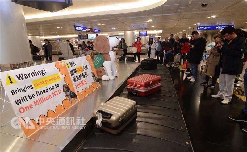 行政院要求,如有旅客參加旅行團,違規夾帶肉品來台,導遊及旅行社應負擔連帶責任。(中央社檔案照片)