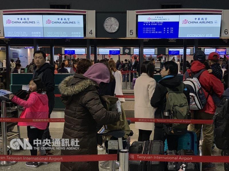 桃園市機師職業工會華航分會宣布8日清晨6時啟動罷工,華航表示,中午12時前從桃機出發的航班目前不受影響。圖為目前櫃檯情形。中央社記者張新偉攝 108年2月8日