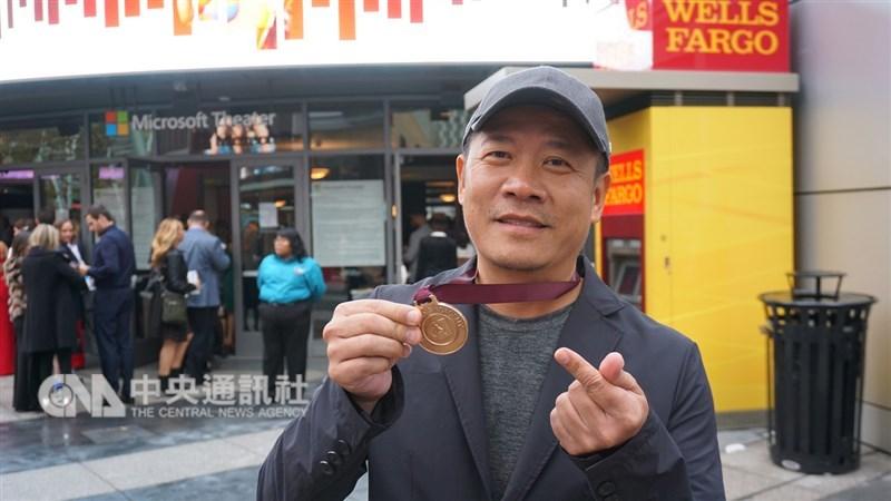 台灣藝術家蕭青陽以董事長樂團「祭」入圍葛萊美獎唱片專輯設計獎,雖然沒能獲獎,他說入圍的感覺會上癮,下次還要再來挑戰。蕭青陽秀出入圍者獨有的獎牌。中央社記者林宏翰洛杉磯攝 108年2月11日
