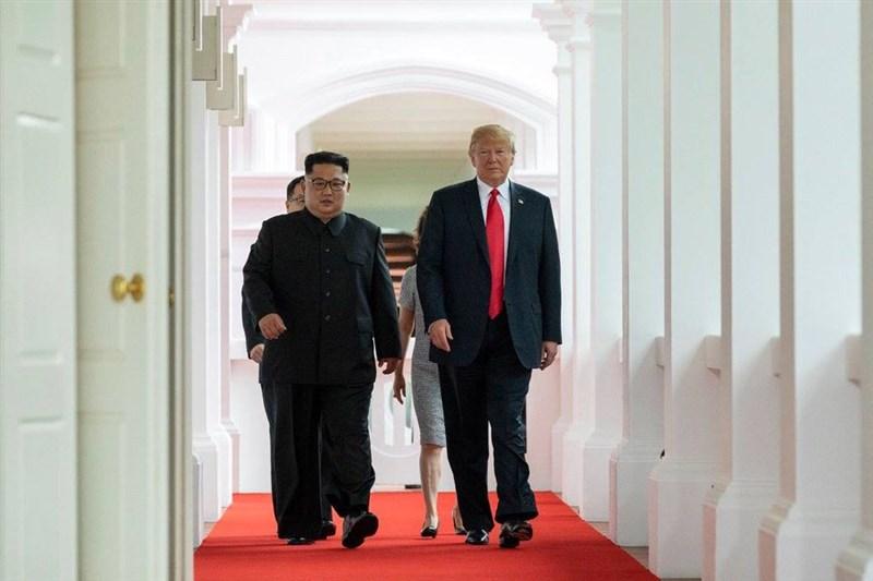 美國總統川普(前右)將在越南首都河內與北韓領導人金正恩(前左)舉行第2次峰會。圖為2018年6月首次川金會。(圖取自facebook.com/DonaldTrump)