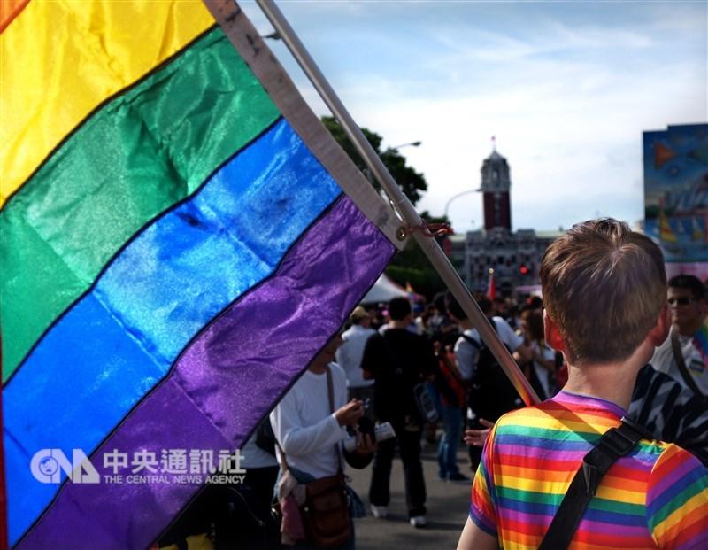 同性婚姻專法草案名稱為「司法院釋字第748號解釋施行法」,是首部以釋憲案為名的法案,以避免挺同與反同爭議。圖為穿著彩虹服裝民眾參與同志遊行。(中央社檔案照片)