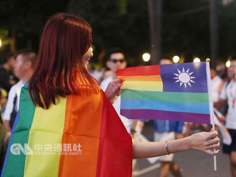 行政院會21日通過「司法院釋字第748號解釋施行法」草案,規定年滿18歲的同性伴侶可成立同性婚姻關係。圖為民眾參與同志大遊行。(中央社檔案照片)