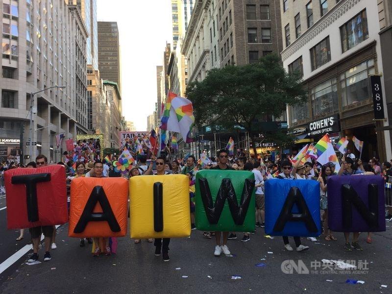 行政院會22日通過同婚專法草案,美國時代雜誌表示,這是亞洲首份同性婚姻法提案。(中央社檔案照片)