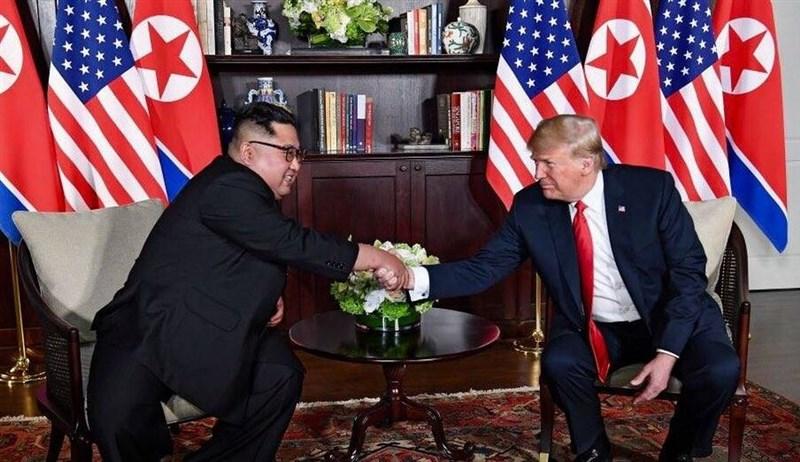美國總統川普(右起)和北韓領導人金正恩27至28日將在越南河內舉行川金二會。圖為2018年6月首次川金會。(圖取自facebook.com/DonaldTrump)