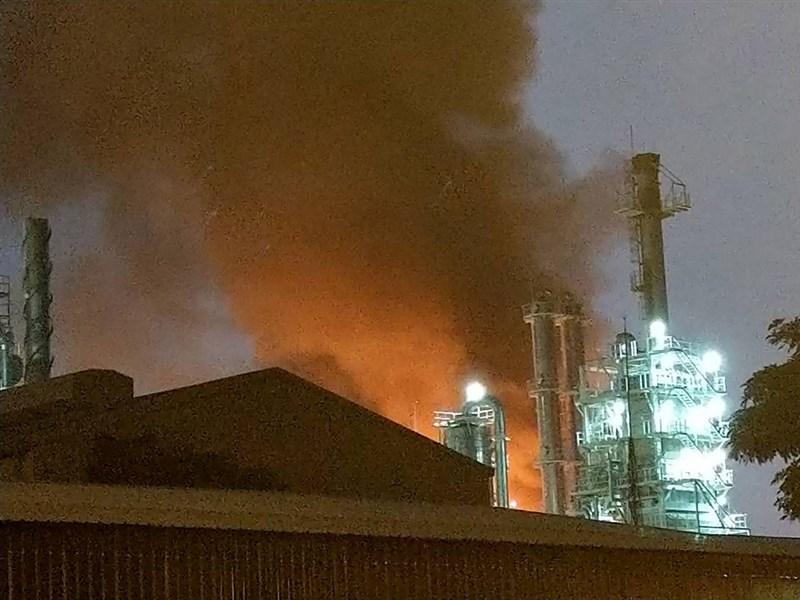 位於高雄市林園區的台灣石化合成工業公司MTBE工廠28日下午5時48分左右發生火警,濃煙蔽天,造成4名員工輕重傷。(警方提供)中央社記者程啟峰高雄傳真 108年2月28日