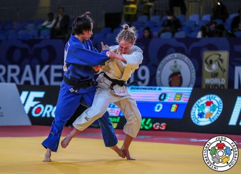 台灣柔道女將連珍羚(左)9日擊敗波蘭女將波羅絲卡,在摩洛哥柔道大獎賽女子57公斤級摘金。(取自世界柔道聯盟官網)