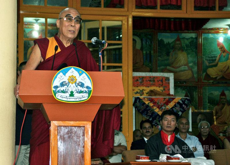 西藏流亡政府2011年完成首次行政首長普選。原屬達賴喇嘛(左)的政治權責,完全交卸給洛桑桑蓋(右),終結第5世達賴喇嘛以來政教合一的體制。(檔案照片)中央社 108年3月10日