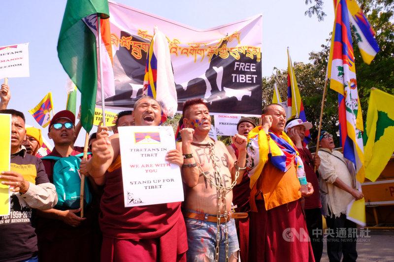為紀念西藏抗暴60週年,近2000名藏人10日在德里街頭遊行,要求中國滾出去,讓西藏自由。中央社記者康世人新德里攝 108年3月10日