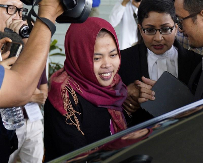 涉入金正男命案的印尼女子席蒂艾沙(中)11日獲馬來西亞法院撤銷謀殺指控,當庭獲釋。(美聯社提供)
