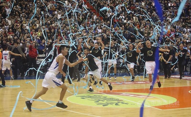 107學年度HBL高中籃球聯賽男子組冠軍戰17日在台北小巨蛋登場,能仁家商最終擊敗南山高中拿下冠軍,寫下隊史第2度以17連勝封王的紀錄。中央社記者張新偉攝 108年3月17日