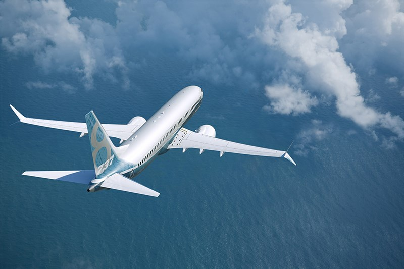 西雅圖時報指出,波音2015年為追上宿敵空中巴士,急於完成新型737 MAX系列飛機認證,但美國聯邦航空總署卻把安全評估下放給波音自己去做,還讓需費時完成的分析結果加快過關。(圖取自波音公司網頁boeing.com)