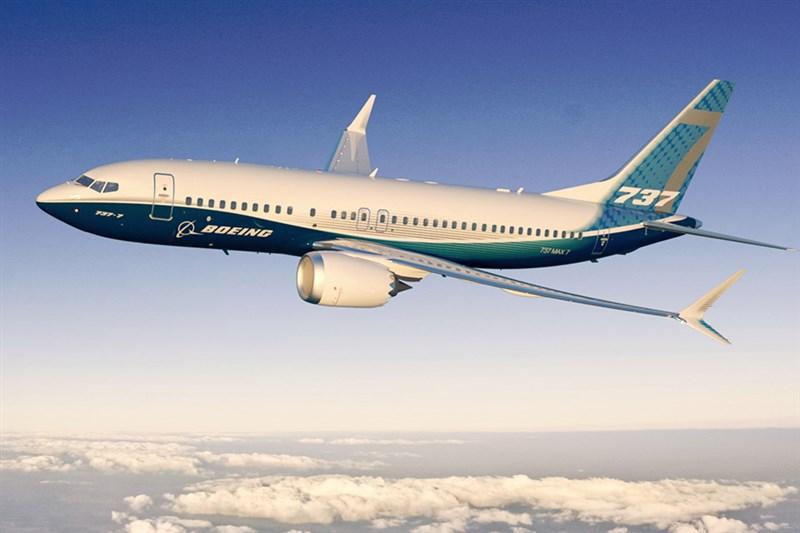 美國聯邦航空總署署長23日坦承,波音有必要改進737 MAX機型(圖)的設計與駕駛方式以維安全。(圖取自波音公司網頁boeing.com)