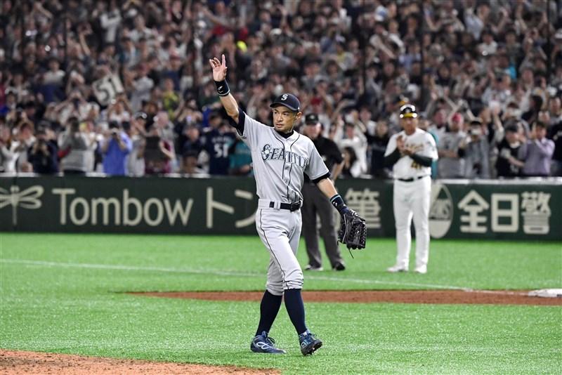 美職大聯盟日本海外開幕戰,水手隊日籍外野手鈴木一朗幾乎打滿全場,退場時接受全場球迷歡呼。(共同社提供)