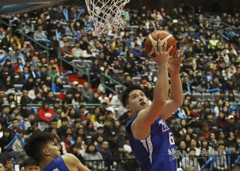 107學年度UBA大專籃球聯賽男子組冠軍賽MVP由健行科大林冠均(藍衣)獲得,他在封王戰中全場獨拿20分,率隊奪得隊史第2冠。中央社記者張新偉攝 108年3月24日