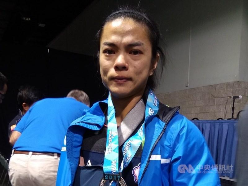 舉重奧運名將許淑淨傳出用藥事件,她27日發表聲明表示,因一時的粗心感到自責與內疚。圖為許淑淨2017年舉重世錦錦標賽奪銀,因手肘受傷無緣爭金哽咽。(中央社檔案照片)