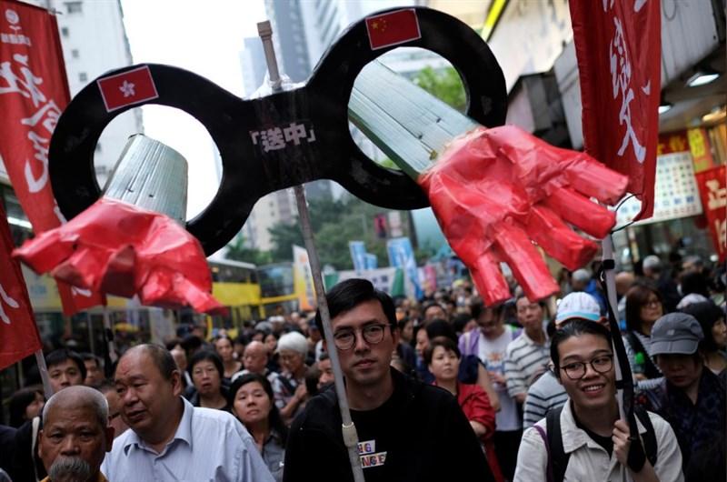 香港31日有上萬民眾走上街頭,抗議政府計畫修訂逃犯條例。(路透社提供)