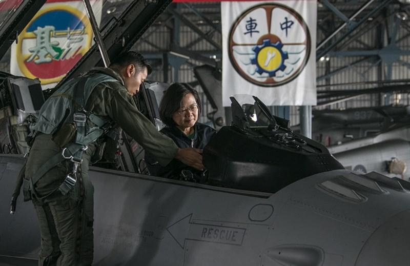 總統蔡英文4日上午視導空軍第四戰術戰鬥機聯隊,聯隊長顏有賢引導蔡總統登上F-16V座艙。(軍聞社提供)中央社