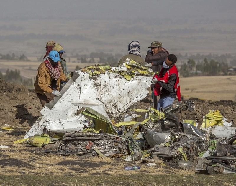 衣索比亞航302班機上月空難初步調查報告出爐,失事客機機師在近乎6分鐘飛行期間,不曾放棄和機上自動飛行控制系統奮戰。圖為失事班機殘骸。(美聯社提供)