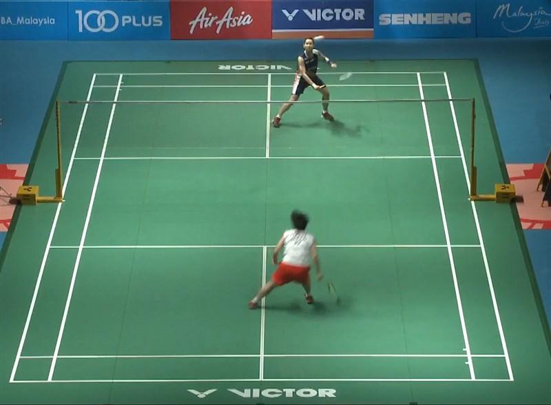 世界球后戴資穎(後)7日在馬來西亞羽球公開賽女單決賽,直落二擊敗日本名將山口茜(前)。(圖取自BA Malaysia YouTube頻道youtube.com)