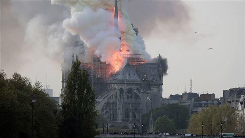 火焰下午開始燒向巴黎聖母院四周圍起鷹架的屋頂,並迅即吞沒了教堂尖頂。由於支撐屋頂的是木質結構,屋頂已崩落。(安納杜魯新聞社提供)