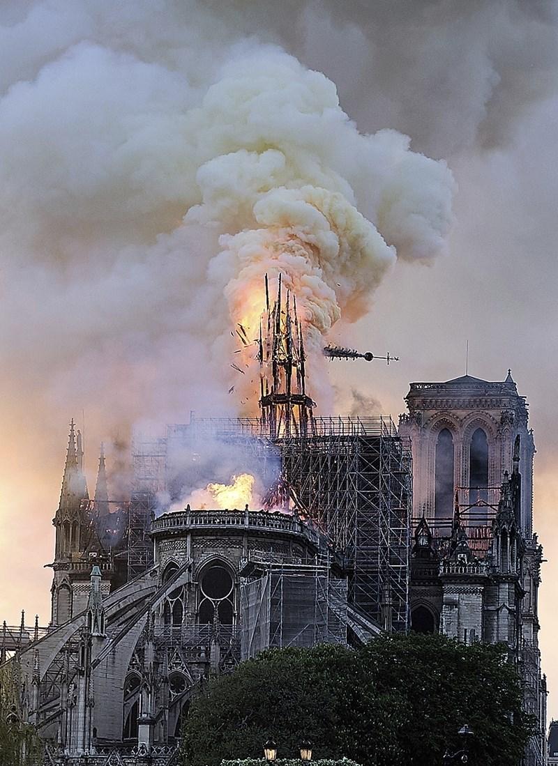 巴黎聖母院15日大火,部分屋頂和尖塔倒塌。圖為尖塔傾倒瞬間。(美聯社)