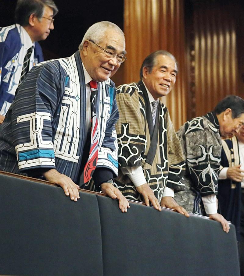 日本參議院19日表決通過將愛努民族明訂為原住民族的新法,參與旁聽的愛努族人神情充滿喜悅。(共同社提供)