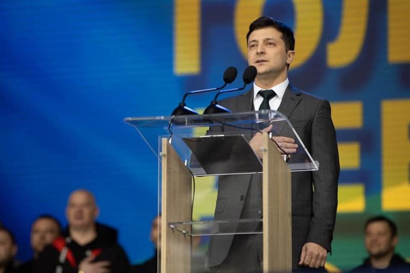 烏克蘭本週末將舉行總統大選第2輪投票,有望坐上大位的諧星澤倫斯基(前)19日在辯論中與現任總統正面交鋒,並矢言打破陳舊的政治體制。(圖取自facebook.com/ze2019official)