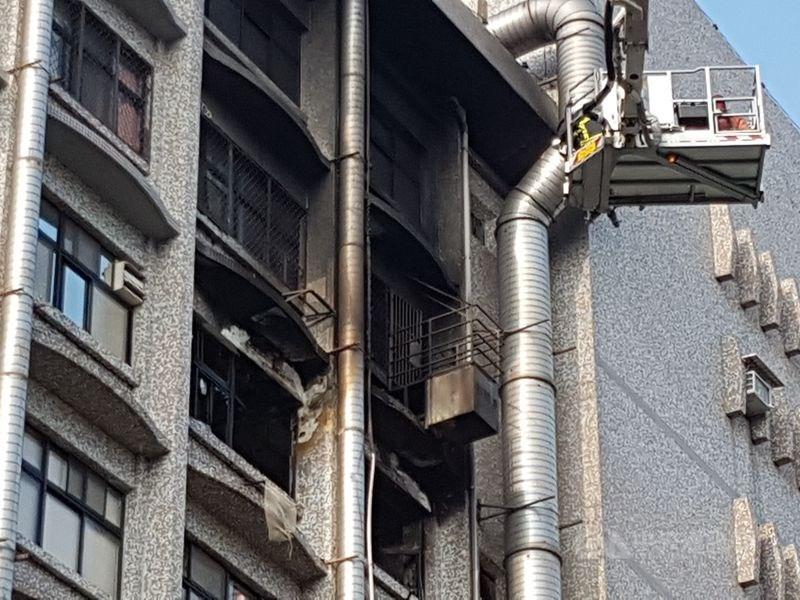 台北醫院附設護理之家火警釀15死。新北地檢署調查,院內2名負責防火、用電檢查護理師,明知有違規使用電器情事卻未阻止才導致意外,將兩人起訴。(中央社檔案照片)